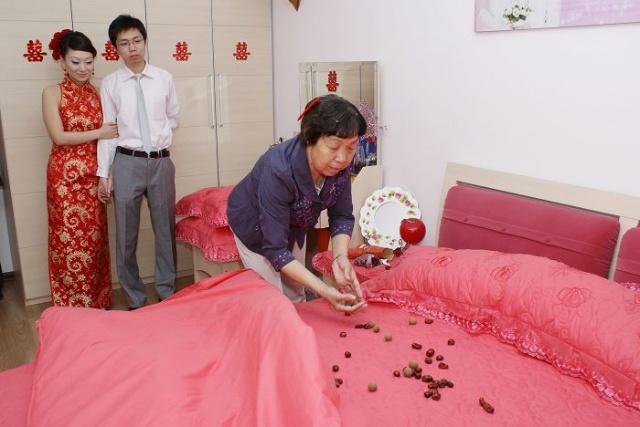 结婚铺床的步骤是什么