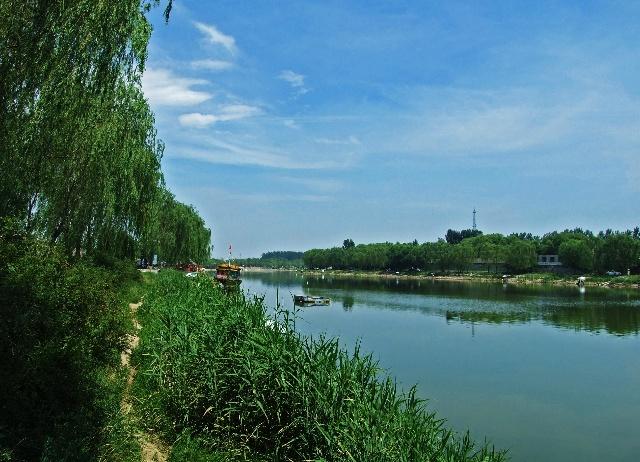 纳兰性德园前的河边有艘大船