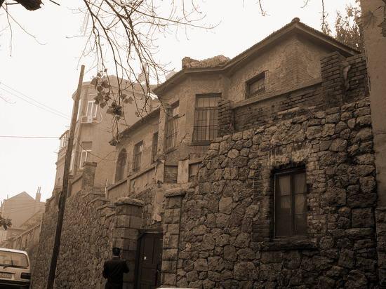 王统照宅进门下台阶为三间平房,是会客室及工人所住;再下台阶为一院降