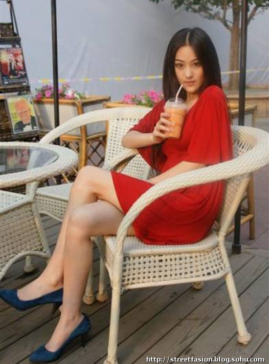 尚红衣购物美女