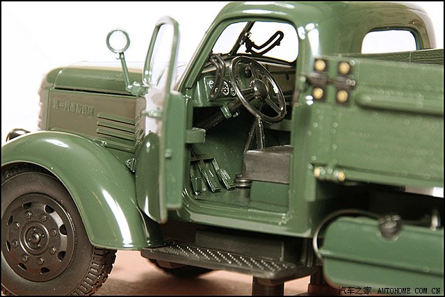 在网上看到几张老解放的照片,感觉有些亲切,也有点做梦的感觉,不敢相信曾经的老解放竟然这样简陋。 解放后,我们国家接受苏联援助,在长春建成了第一汽车制造厂,从1956年开始生产老解放卡车,在基本没有改动的情况下一直生产了30年。老解放在苏联的型号叫吉斯—150,是战后第一代卡车。据说苏联也是从美国道奇仿造的。一个几乎是40年代的产品,生产那么久,在世界汽车生产史上也是奇迹了。 整整三十年,中国汽车工业在原地踏步,可那是世界汽车工业飞速发展的三十年。韩国的汽车工业也是从上世纪60年代年才开始的。