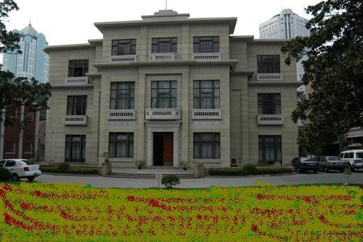 中央储备银行—上海歌舞剧院,位于常熟路100弄10号,原为中央储备银行。此建筑砖混结构,高三层,1936年建,属新古典主义风格。建筑主立面采取对称构图,二层和三层檐口均出挑,檐下有几何化纹样,公同形成水平向装饰带,墙面开窗方正,窗下外墙局部凸出墙体,构成窗台或小露台,入口门套稍作装饰。立面细部的装饰纹样具有装饰艺术派特征。室内天穹绘有精美图案,复古韵味十足。中央储备银行—上海歌舞剧院,2005年被列为上海市第四批优秀历史建筑保护名单。 位于常熟路以西,华山路以南,房屋建于1936